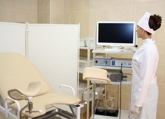 Гинекологическое кресло в кабинете врача