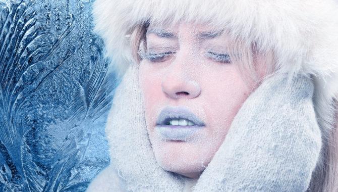 Женщина замерзает на морозе