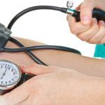 Доктор проводит измерение артериального давления