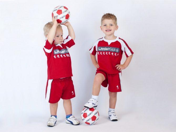 Два мальчика с футбольными мячами