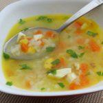 Суп и ложка в тарелке