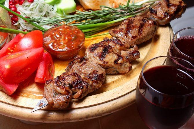 Шашлык с овощами и вино