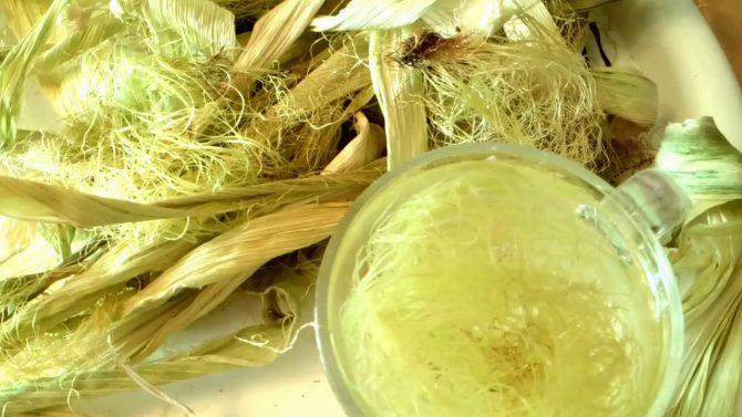 Кукурузные рыльца на столе и чашка с отваром