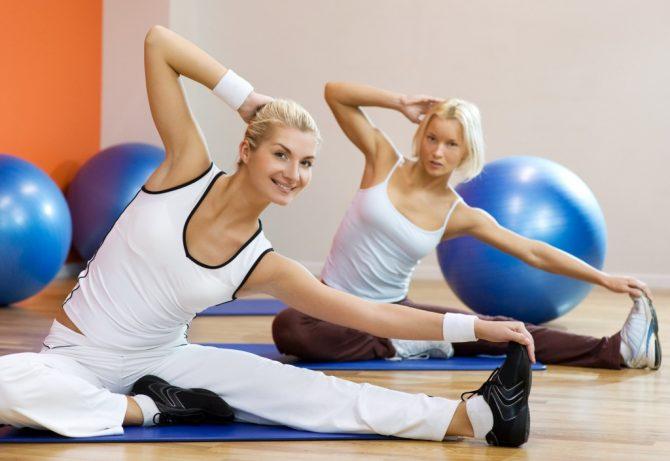 Девушки занимаются лечебной гимнастикой