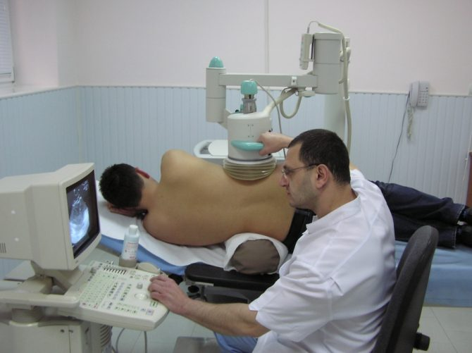 врач делает пациенту дистанционную литотрипсию