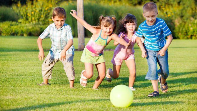 Дети играют с мячом