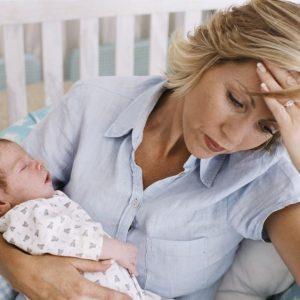 Расстроенная мама и малыш